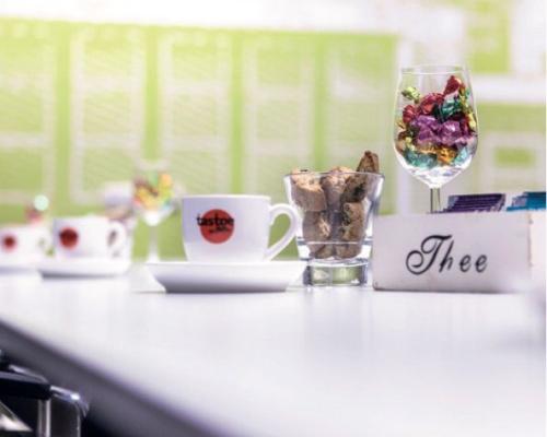 Wij hebben een Grand Café in eigen huis zodat we aan al jouw wensen op het gebied van eten & drinken kunnen voldoen.